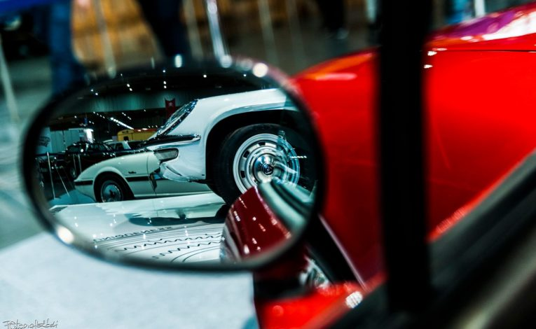 Mazda Cosmo Sport w lustrze innego auta