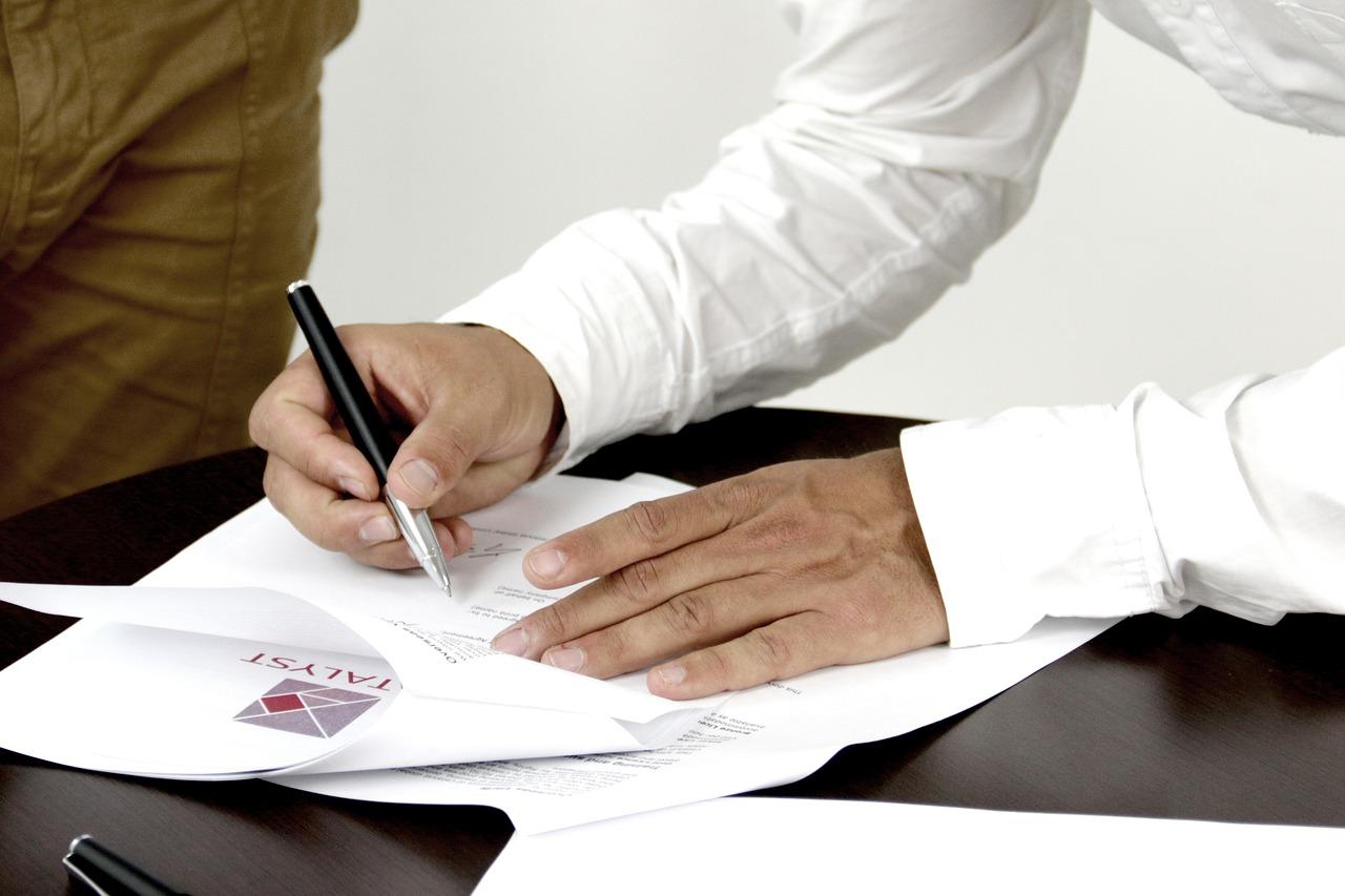 kupno-uzywanego-samochodu-podpisanie-umowy