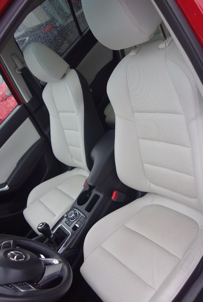 Mazda CX-5 biała skóra - fotel kierowcy i pasażera. Mazda CX-5 z salonu Mazdy Gołembiewscy