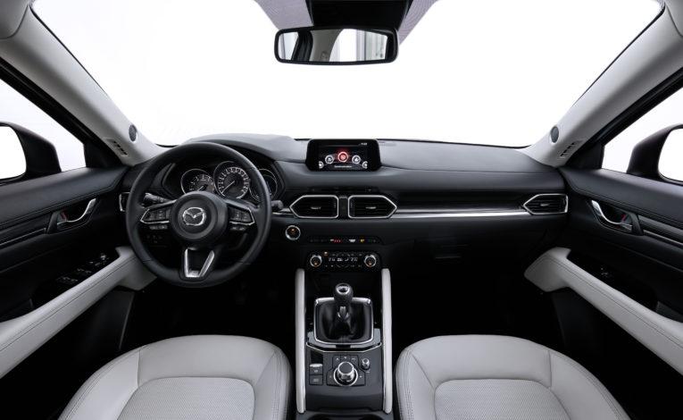 Mazda CX-5 biała skóra. Wnętrze Mazdy w białej skórze.