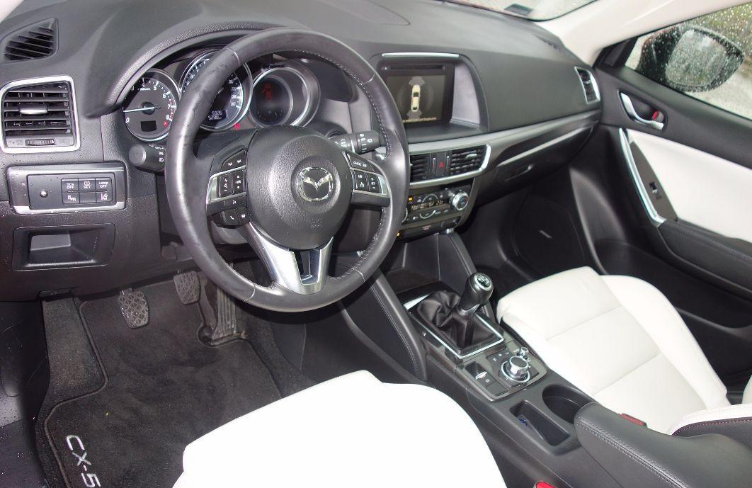 Mazda CX-5 biała skóra - kokpit. Mazda CX-5 w salonie Gołembiewscy.