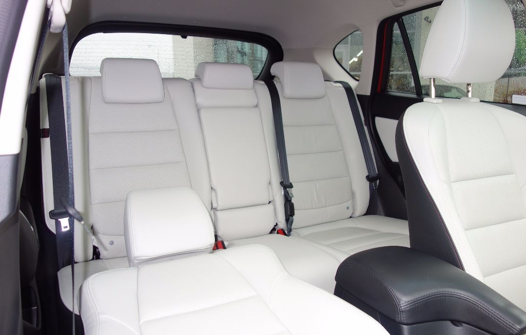 Mazda CX-5 biała skóra - siedzenia pasażerów. Salon Mazda Gołembiewscy - Mazdy w białej skórze nowe i używane