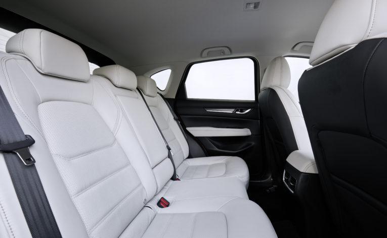 Mazda CX-5 z białą skórą - siedzenia pasażerów w białej skórze. Nowe mazda z białą skórą.