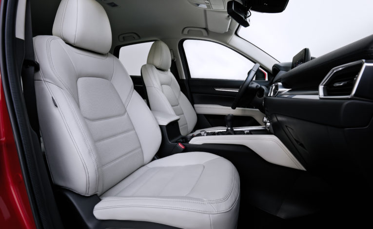 Mazda CX-5 z białą skórą - fotel kierowcy w białej skórze i fotel pasażera w białej skórze.