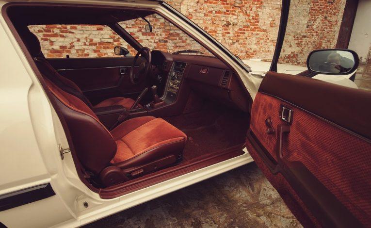 Mazda RX7 pierwszej generacji w Salonie mazdy w Warszawie Gołembiewscy